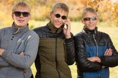 Types dans la veste et des lunettes de soleil d'automne Images libres de droits