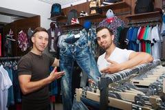 Types dans un magasin d'habillement Image libre de droits