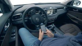 Types de personne à un téléphone tout en se reposant dans une voiture motivée par auto, fin  banque de vidéos