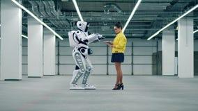 Types de personne sur un comprimé pour commander un cyborg de moment dans une chambre clips vidéos