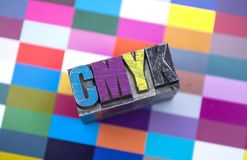 Types en métal avec le cmyk avec une preuve image libre de droits