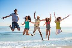 Types et filles à la station de vacances Image libre de droits