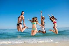 Types et filles à la station de vacances Week-end en mer Image stock