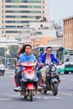 Types frais sur des e-vélos au centre de la ville, Kunming, Chine Photographie stock libre de droits