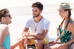 Types jeunes gais se reposant sur le bord de la mer d'été Photos libres de droits
