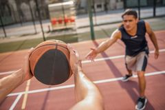 Types jouant au basket-ball Images stock