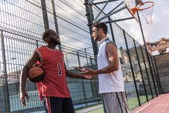 Types jouant au basket-ball Image stock