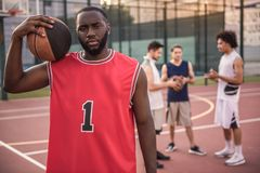 Types jouant au basket-ball Photos libres de droits