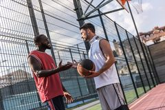 Types jouant au basket-ball Photo libre de droits