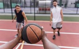Types jouant au basket-ball Photographie stock libre de droits