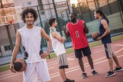 Types jouant au basket-ball Photo stock