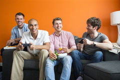 Types jouant des jeux vidéo Image stock