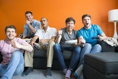 Types jouant des jeux vidéo Image libre de droits