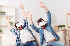 Types positifs à l'aide du dispositif de réalité virtuelle Photographie stock