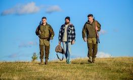 Types recueillis pour la chasse Les hommes portent des fusils de chasse Chasseurs avec le jour ensoleillé d'automne de promenade  image stock