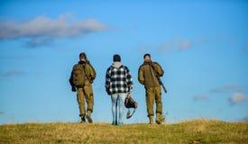 Types recueillis pour la chasse Les hommes portent des fusils de chasse Chasse comme passe-temps et loisirs Chasseurs avec le jou photos libres de droits