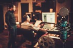 Types travaillant dans le studio d'enregistrement de boutique Images stock