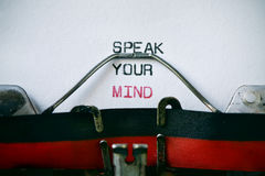 Typewritter und Text sprechen Ihren Verstand lizenzfreie stockfotografie