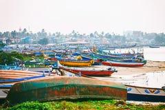 Typic ulica Kollam mola żołnierz piechoty morskiej blisko do łodzi rybackich na plaży Kollam, India fotografia stock