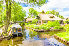 Typical Dutch houses and gardens in Giethoorn Stock Photos