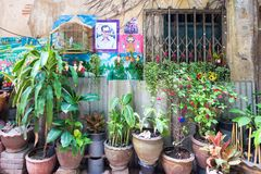 Typical house exterior in a small side street in Chinatown, Bangkok, Thaland stock photography