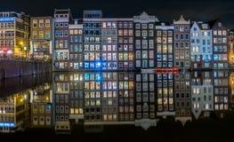 Typies Amsterdam, una gran ciudad con las porciones de agua, de edificios viejos y de colores Fotografía de archivo