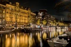 Typies Amsterdam, una gran ciudad con las porciones de agua, de edificios viejos y de colores imagen de archivo libre de regalías