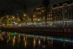 Typies Amsterdam, una gran ciudad con las porciones de agua, de edificios viejos y de colores foto de archivo