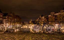 Typies Amsterdam, una gran ciudad con las porciones de agua, de edificios viejos y de colores Fotos de archivo libres de regalías