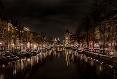 Typies Amsterdam, una gran ciudad con las porciones de agua, de edificios viejos y de colores Fotografía de archivo libre de regalías