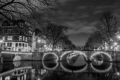 Typies Amsterdam, una gran ciudad con las porciones de agua, de edificios viejos y de colores Fotos de archivo