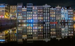 Typies Amsterdam, une grande ville avec un bon nombre de l'eau, de vieux bâtiments et de couleurs photographie stock