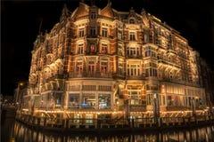 Typies Amsterdam, une grande ville avec un bon nombre de l'eau, de vieux bâtiments et de couleurs photo stock