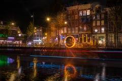Typies Amsterdam, une grande ville avec un bon nombre de l'eau, de vieux bâtiments et de couleurs images stock