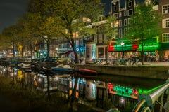 Typies Amsterdam, une grande ville avec un bon nombre de l'eau, de vieux bâtiments et de couleurs image libre de droits
