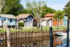 Typique ha colorato le case di legno nel porto di biganos Immagini Stock