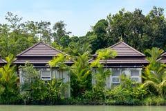 Typisch Aziatisch huis op de waterkant Stock Foto