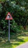 Typisch Brits die Rijwegteken dichtbij een scherpe bocht wordt gezien, voor ongevallen wordt gekend royalty-vrije stock fotografie