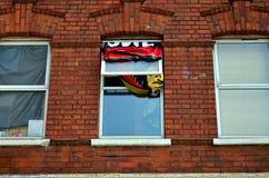 Typisch Brits venster in een bakstenen muur, rebellish verfraaid stock afbeeldingen