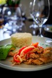 Typisch Caraïbisch voedsel met kip, rijst en mango in een restaur royalty-vrije stock afbeelding