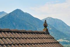 Typisch dak van een traditioneel landelijk Zwitsers huis stock afbeeldingen