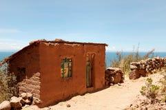 Typisch de modderhuis van het Eiland Tequile op Meer Titicaca, Peru stock foto