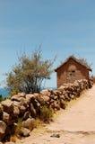 Typisch de modderhuis van het Eiland Tequile op Meer Titicaca, Peru stock fotografie