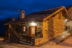 Typisch dorpshuis in de provincie van Vallei Aosta in Italië dat bij nacht wordt gefotografeerd Royalty-vrije Stock Foto