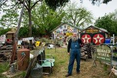 Typisch gezicht van een oude Amerikaan op Route 66 Mens die zich voor zijn huis bevinden Royalty-vrije Stock Afbeelding