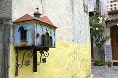 Typisch Grieks altaar op kleurrijke muur stock foto