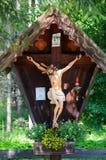 Typisch houten kruisbeeld in de Alpen Stock Foto