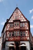 Typisch huis in Mainz onder de hemel met kleine wolken in Duitsland Stock Afbeelding