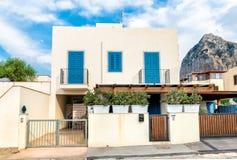 Typisch huis met blauwe venster en deuren Stock Fotografie