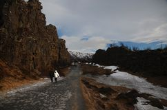 Typisch Ijslands landschap: Thingvellir Nationaal die Park, rivieren, lavagebieden met sneeuw tegen de achtergrond van bergen wor stock afbeeldingen